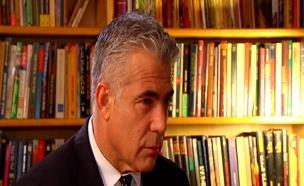 """אברמוביץ' וסגל בביקור בית אצל ח""""כ לפיד (צילום: חדשות 2)"""