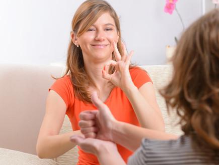 אישה שפת הסימנים (צילום: Shutterstock)