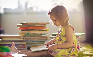 ילדה קוראת ספר (צילום: Shutterstock)