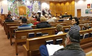 נועה יחיאלי בבית הכנסת