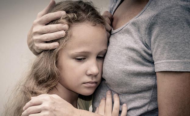 אמא מחבקת ילדה בוכה (צילום: Shutterstock)