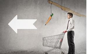 גבר עם עגלה מובל על ידי גזר (אילוסטרציה: Shutterstock)