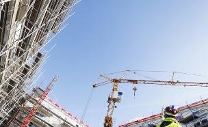 פועל עומד באתר בנייה (אילוסטרציה: Shutterstock)