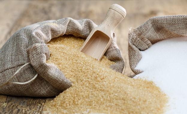 שק של סוכר חום ליד שק של סוכר לבן (אילוסטרציה: Shutterstock)