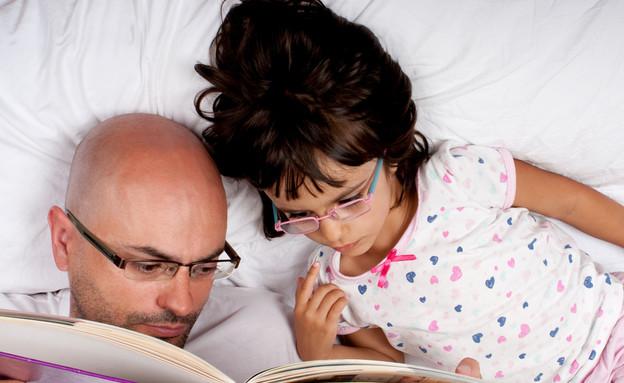 אבא מספר סיפור (צילום: Shutterstock)