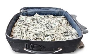 מזוודה עם כסף (צילום: Alexander Kalina, Shutterstock)
