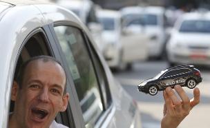 נהג מונית מחזיר מכונית במהלך מחאה נגד אובר בסאו פאולו, ברזיל (צילום: Sakchai Lalit | AP)