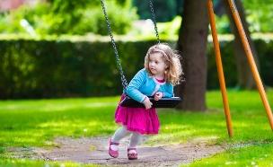 ילדה על נדנדה (צילום: Shutterstock)