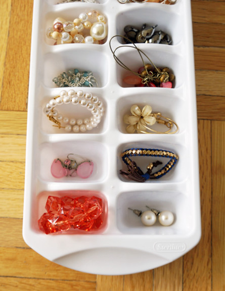 ארגון התכשיטים והפיצ'פקעס בעזרת מגש קרח (צילום: popsugar.com)