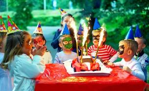 ילדה מול עוגת יום הולדת (צילום: Shutterstock)
