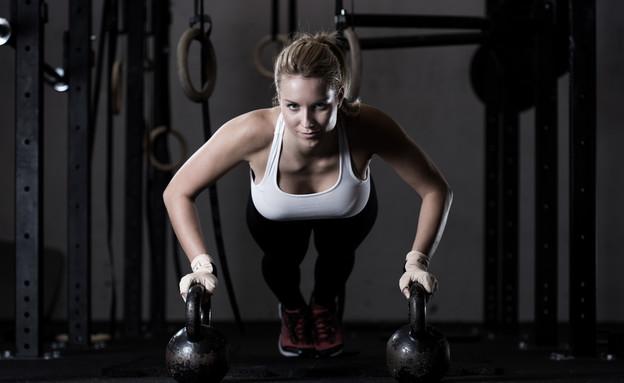 אישה עם משקולות (צילום: ESB Professional, Shutterstock)
