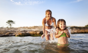 ילדה בים ואמה מאחוריה (צילום: אימג'בנק / Thinkstock)