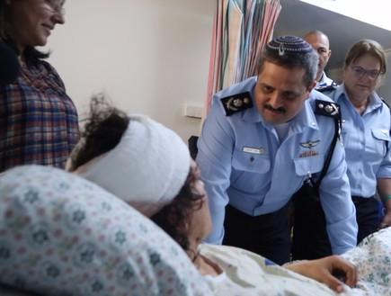 """המפכ""""ל מבקר את הפצועה בפיגוע"""