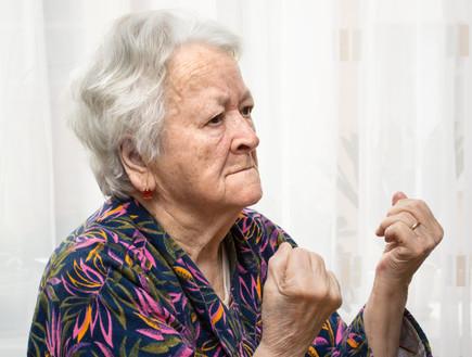 אישה מבוגרת כועסת (צילום: ShutterStock)