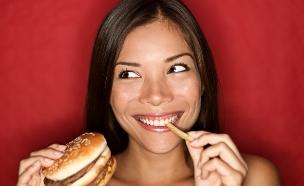 אישה אוכלת