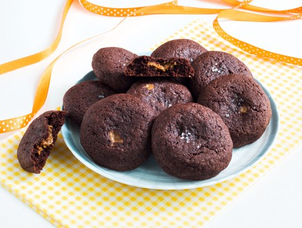 עוגיות שוקולד ממולאות לוטוס  (צילום: אולגה טוכשר, אוכל טוב)