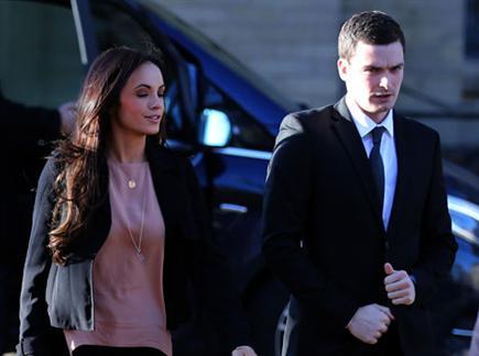 ג'ונסון מגיע לבית המשפט עם בתי זוגתו סטיסי פלאונדרס (Getty) (צילום: ספורט 5)