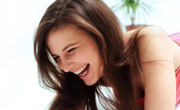 אישה צוחקת