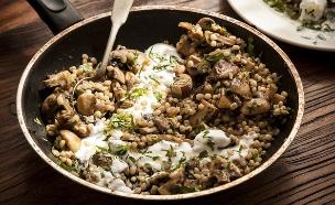 תבשיל פטריות עם גריסי פנינה (צילום: אפיק גבאי, אוכל טוב)