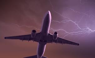 ברק פוגע במטוס (צילום: muratart, Shutterstock)
