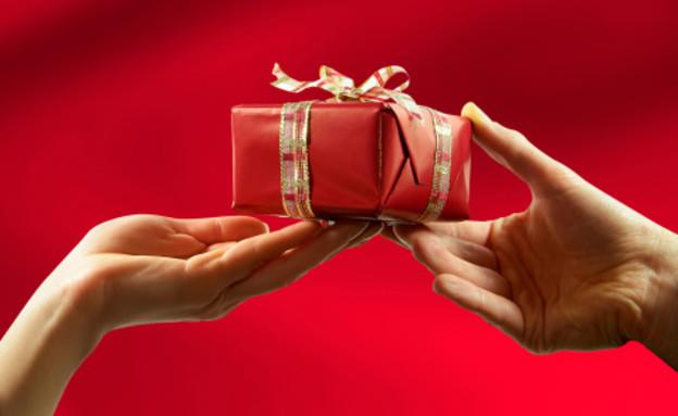 גבר מקבל מתנה