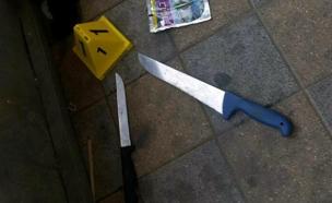הסכינים שבהם השתמשו המחבלות (צילום: דוברות משטרת ישראל)