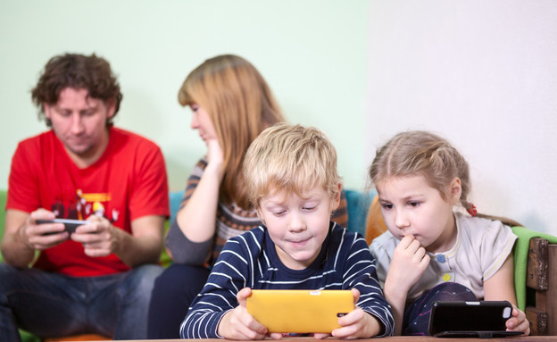 סמארטפון משפחתי (צילום: ShutterStock)