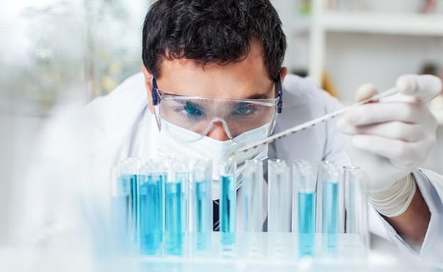 מדען בודק מבחנות (אילוסטרציה: Shutterstock)