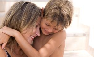 אמא וילד מתחבקים ומחייכים (צילום: אימג'בנק / Thinkstock)