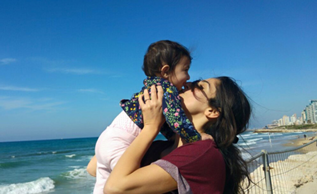 לילך עם בתה בחוף הים של תל אביב (צילום: ללא קרדיט)