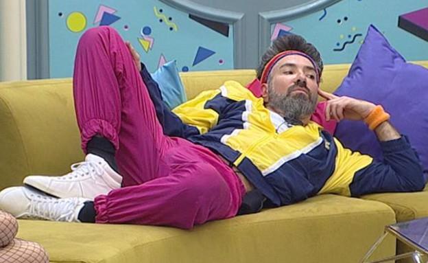 איציק שוכב בסלון (צילום: מתוך האח הגדול 7, שידורי קשת)