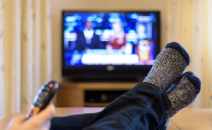 צפייה בטלוויזיה (צילום: ShutterStock)