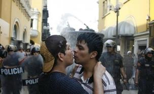הפגנת נשיקות בפרו