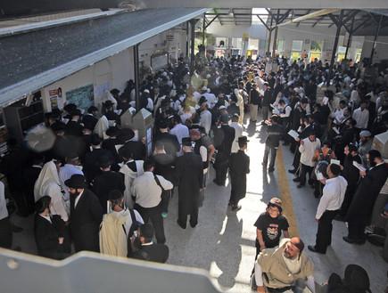 חרדים מתפללים בקבר של רבי נחמן באומן ב-17.9.09 לקראת ראש השנה