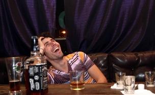 גבר שיכור בבר (צילום: עודד קרני)