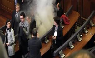גז מדמיע בפרלמנט בקוסובו (צילום: רויטרס)