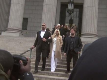 קאשה ביציאה מבית המשפט. פרצה בבכי