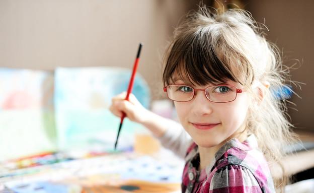 ילדה מציירת  (צילום: Alinute Silzeviciute, Shutterstock)