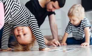 ילד מרכיב פאזל (צילום: kikovic, Shutterstock)