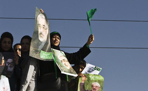 תומכי הירוקים - עם שלטי מוסאווי הרפורמיס (צילום: רויטרס)