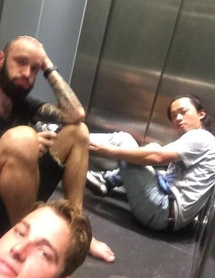 תקועים במעלית