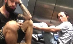 תקועים במעלית (צילום: בן רוז)