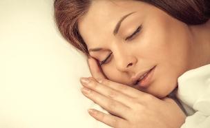 אישה ישנה (צילום: LuckyImages, Shutterstock)