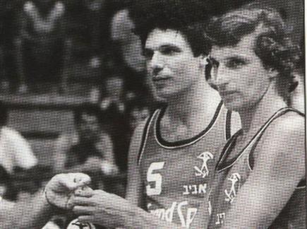 טורנשטיין (משמאל) עם בארי לייבוביץ' במשחק הפרידה של האחרון (באדיבו (צילום: ספורט 5)