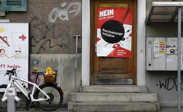 אזרחים זרים יגורשו? אחת הכרזות של מפלגת (צילום: רויטרס)