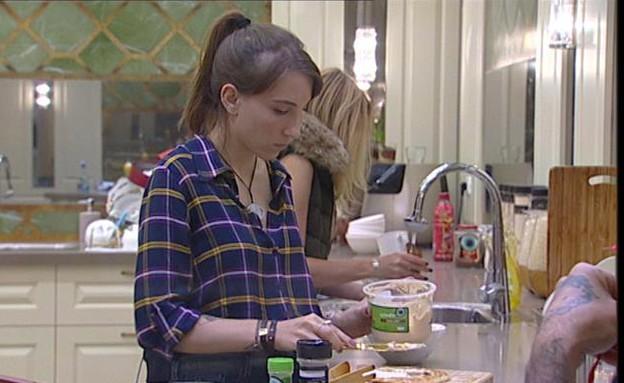תניה במטבח (צילום: מתוך האח הגדול 7, שידורי קשת)
