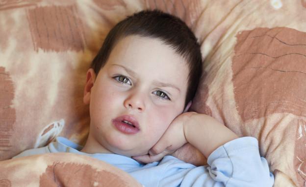 ילד שוכב במיטה (צילום: pavla, Shutterstock)