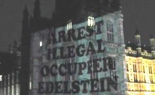 כתובות בגנות אדלשטיין על קיר הפרלמנט בלונדון (צילום: יוטיוב)
