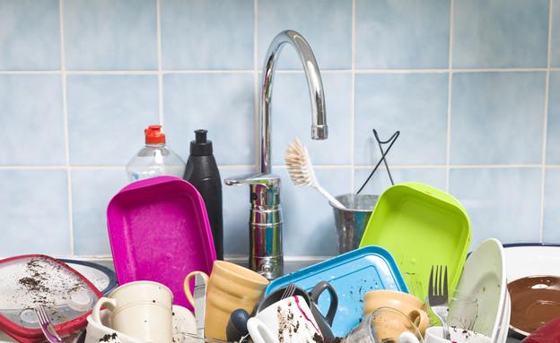 דייט בבית, כלים בכיור (צילום: Shutterstock)