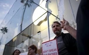 עצרת תמיכה מחוץ למטה אפל (צילום: רויטרס)